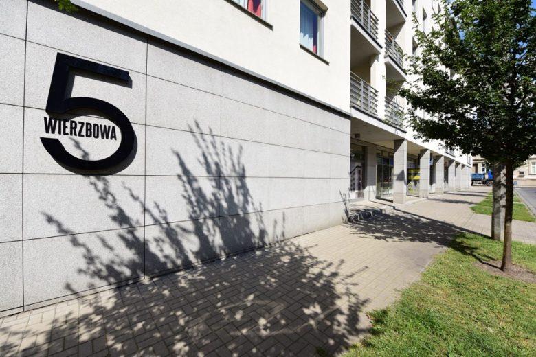 Czytelny adres, Witryna sklepowa, Nowe budownictwo